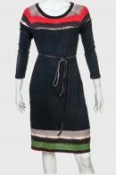 Классическое черное платье с яркими акцентами.