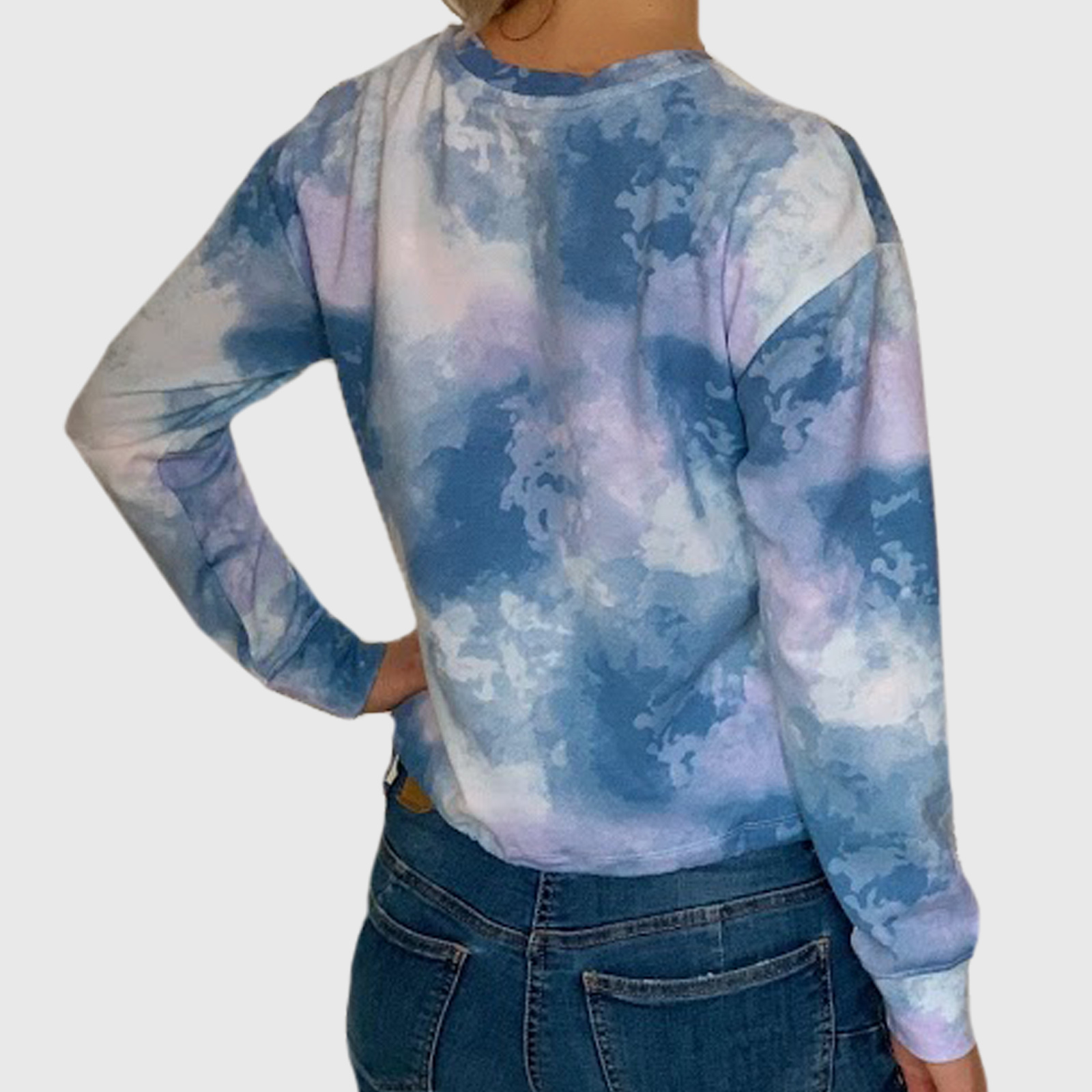 Женская кофта с эффектным принтом на груди