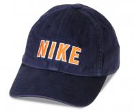 Тёмно-синяя брендовая кепка. Однотонная модель подходит под все образы, начиная от спортивных, и заканчивая удобно-повседневными. Забирай! Крутой аксессуар!