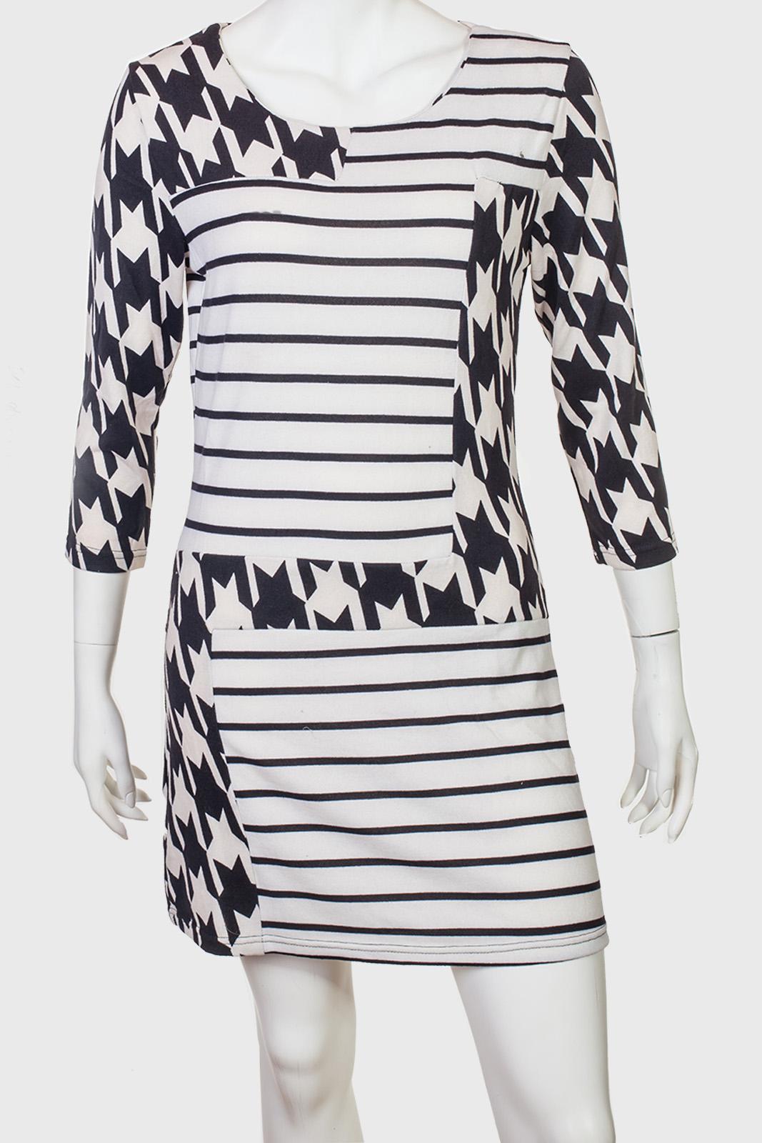 Контрастное брендовое платье с геометрическим узором