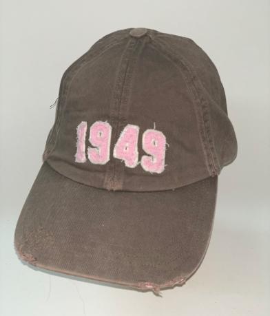 Коричневая бейсболка с розовой нашивкой