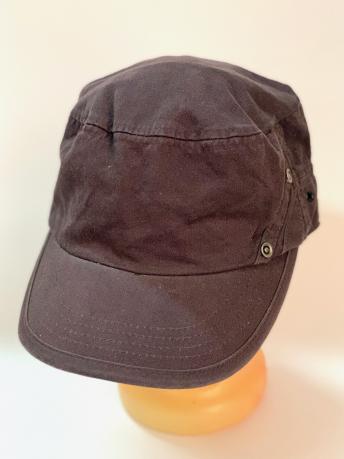 Коричневая кепка-немка с металлическими заклепками