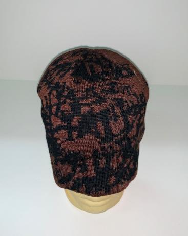 Коричневая шапка с черным узором