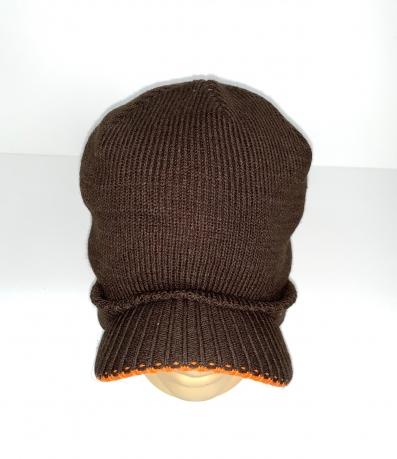 Коричневая шапка с козырьком