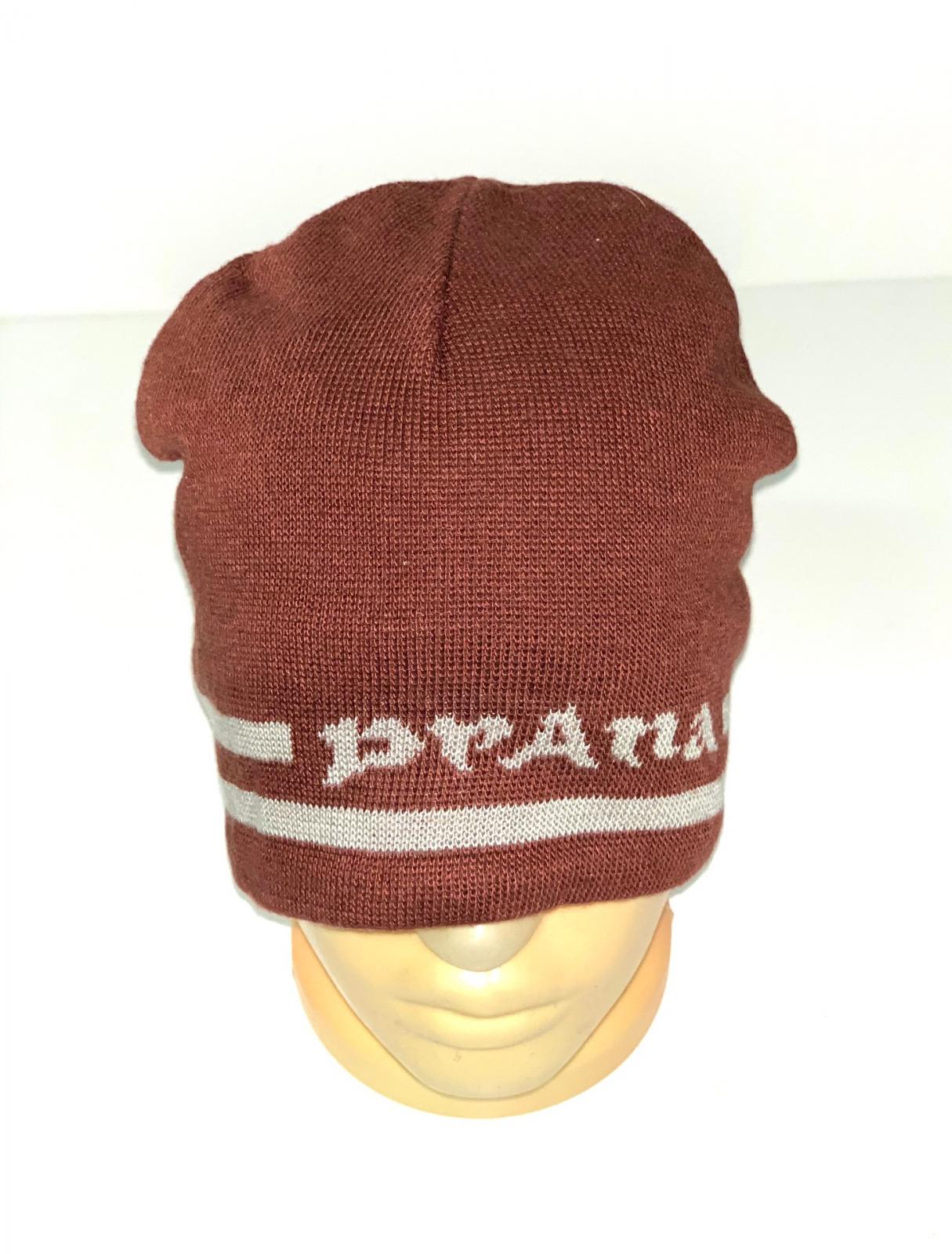 Коричневая шапка с полосками и надписью