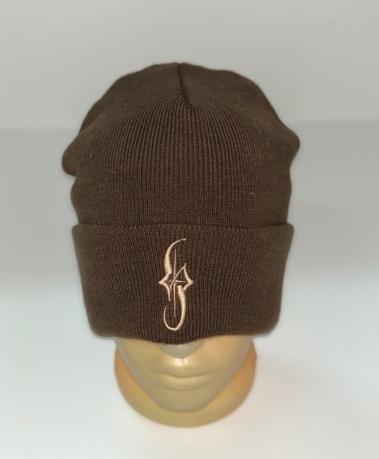 Коричневая шапка со светлой вышивкой