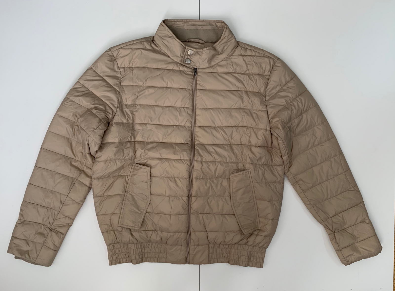 Короткая женская куртка бежевого цвета