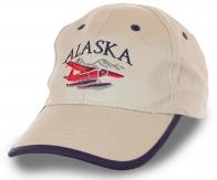 Котоновая мужская бейсболка с вышивкой «Alaska» и символичным изображением аэросаней – модный бежевый цвет, аккуратный пошив, проверенное качество