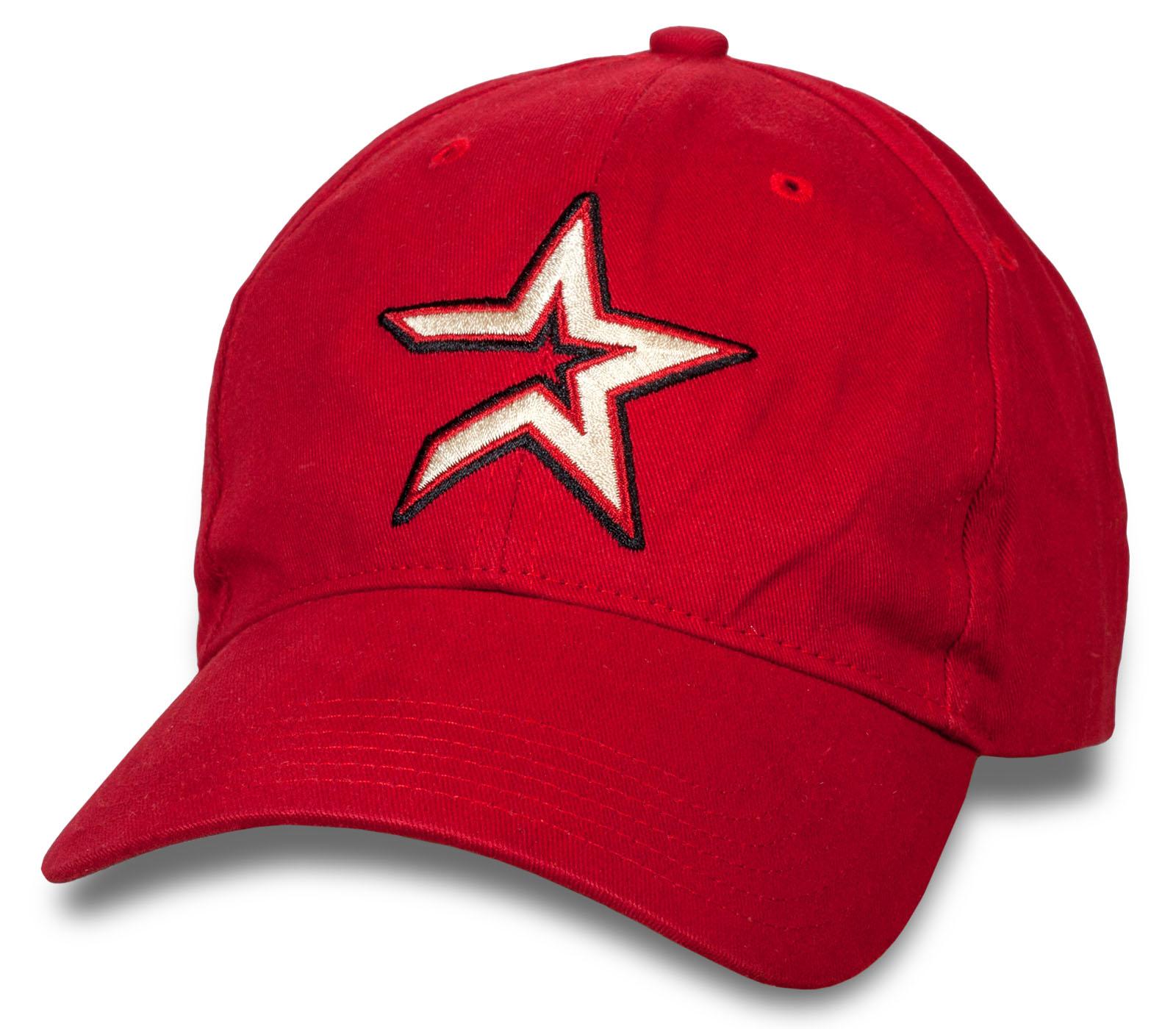 Красная бейсболка в молодежном стиле.