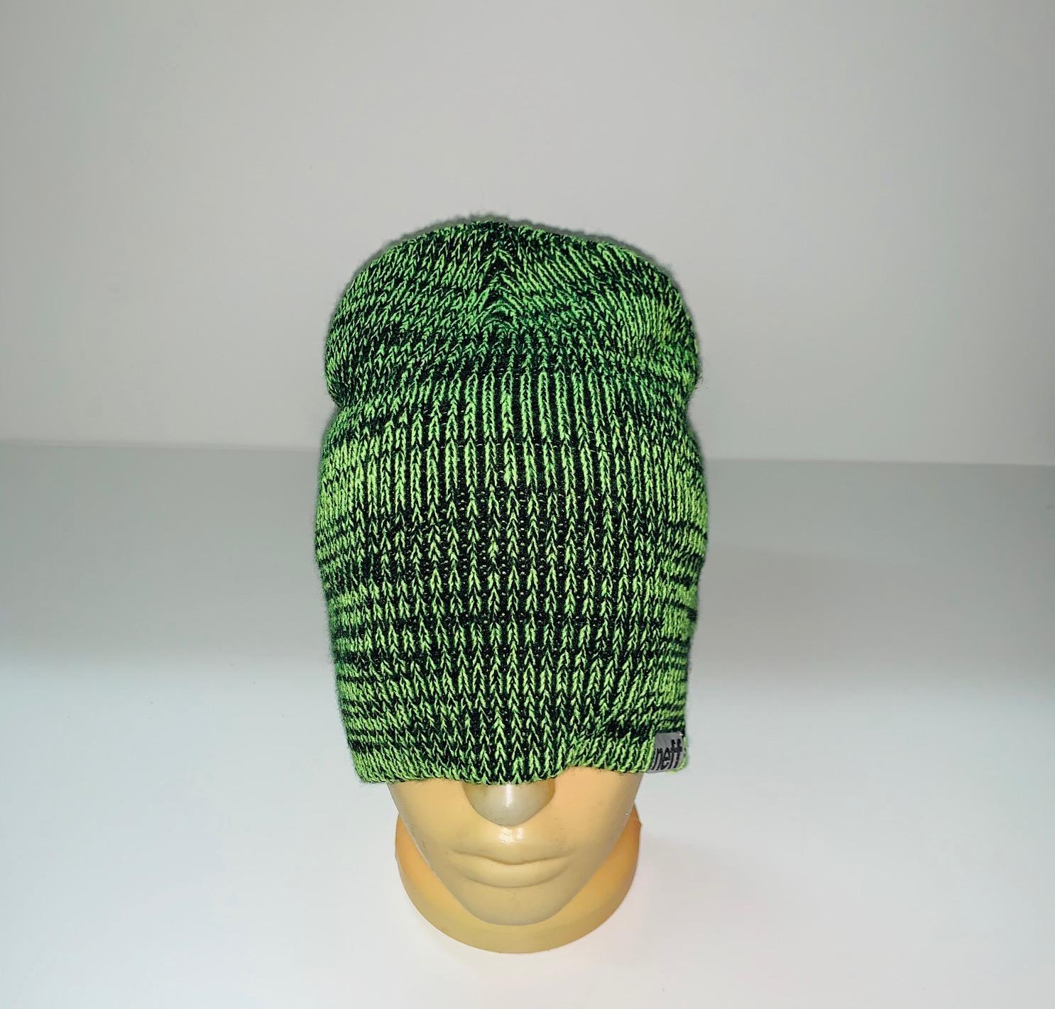 Красивая черно-зеленая шапка