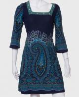 Красивое женское платье с широким рукавом