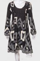Красивое женское платье с удлиненным рукавом от Kruebeck