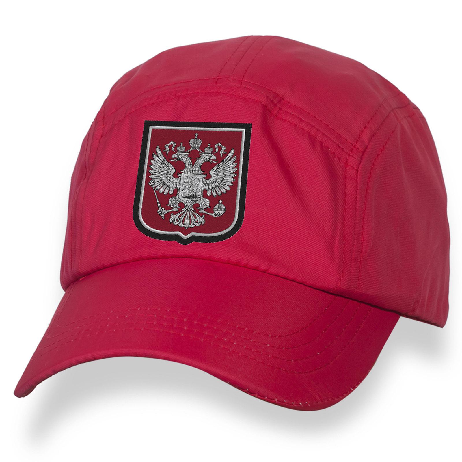 Красная бейсболка с государственной эмблемой России.