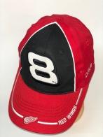 Красная бейсболка с белой цифрой на черной тулье