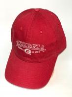 Красная бейсболка с белой вышитой надписью на тулье