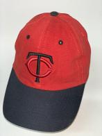 Красная бейсболка с черным козырьком и вышитыми буквами на тулье