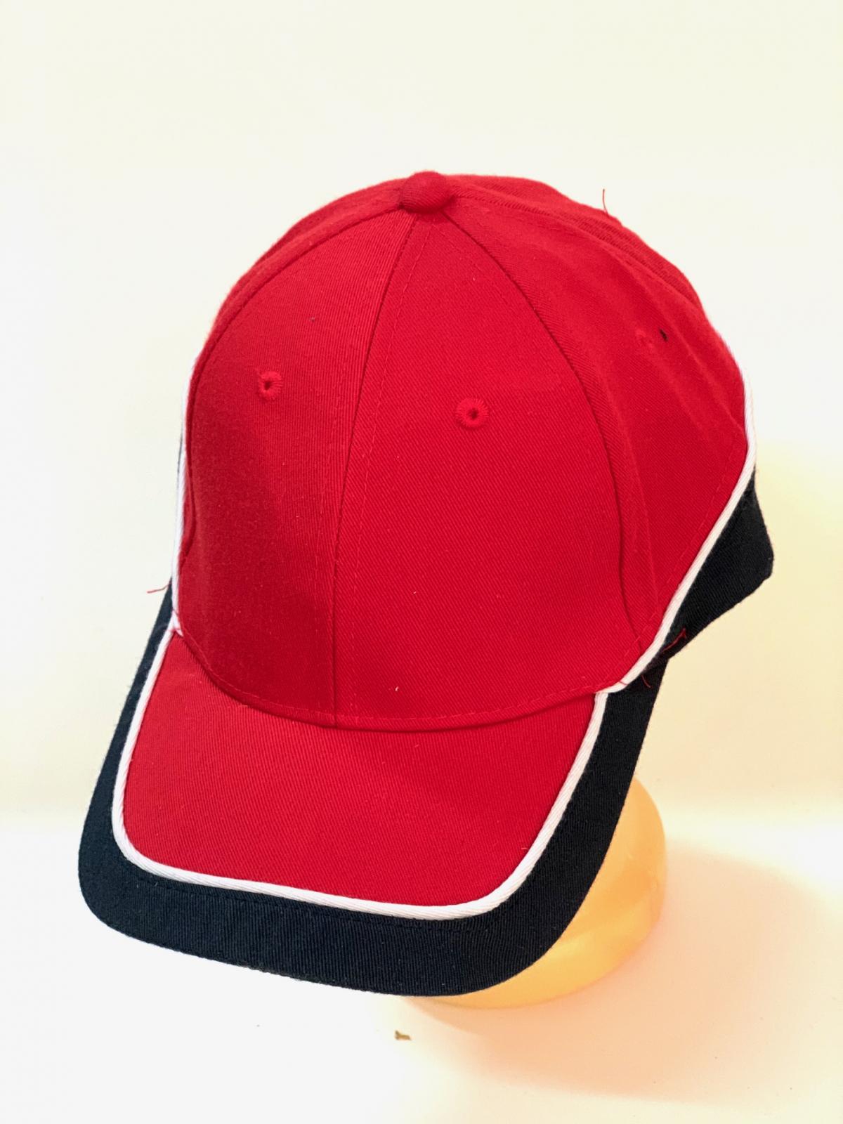 Красная бейсболка с черными вставками