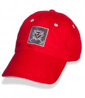 Красная бейсболка с длинным козырьком и вышивкой.