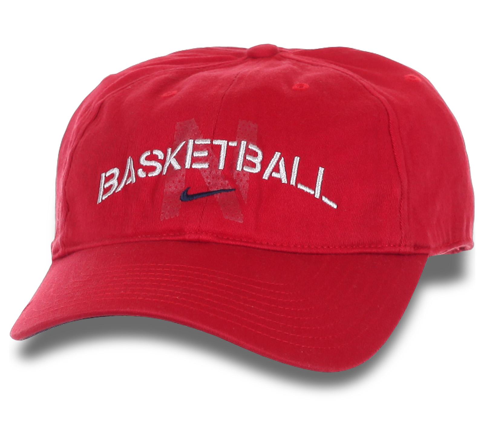 Красная бейсболка с надписью.