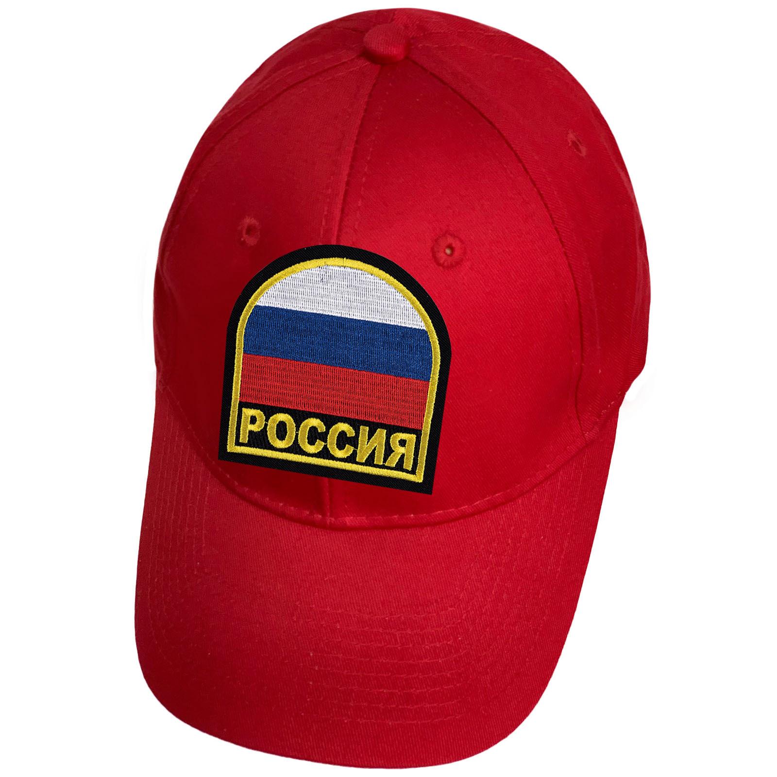 Красная бейсболка с российским триколором