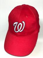 Красная бейсболка с вышитой белой буквой