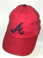 Красная бейсболка с вышитой темно-синей буквой
