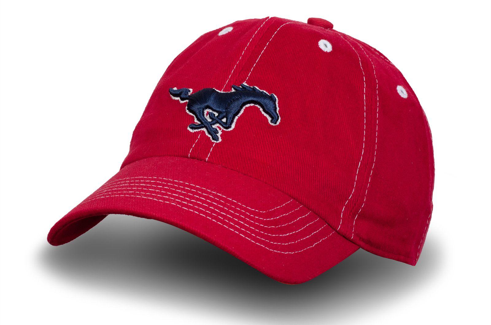 Красная бейсболка в стиле Mustang