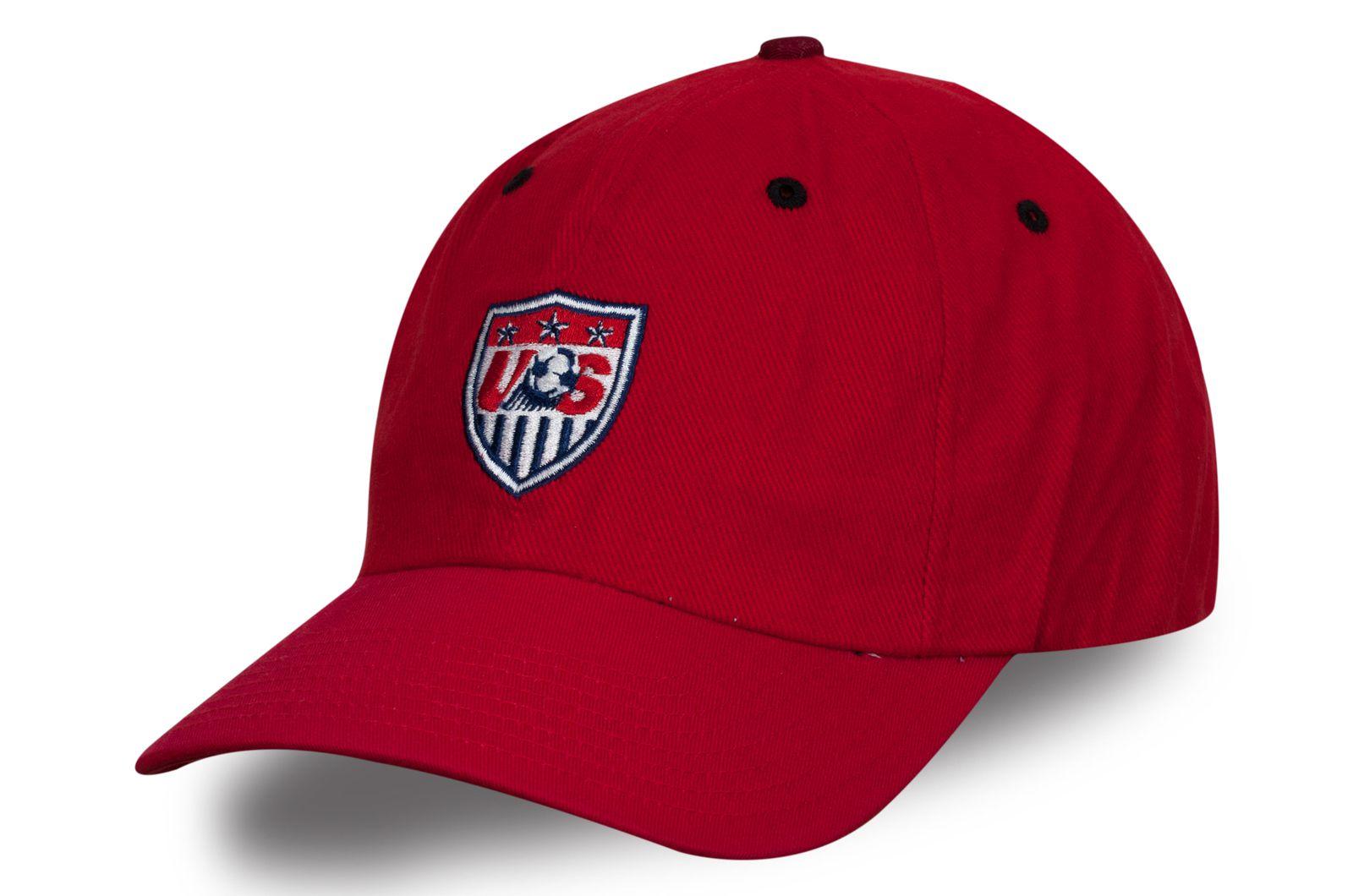 Красная кепка с футбольной нашивкой