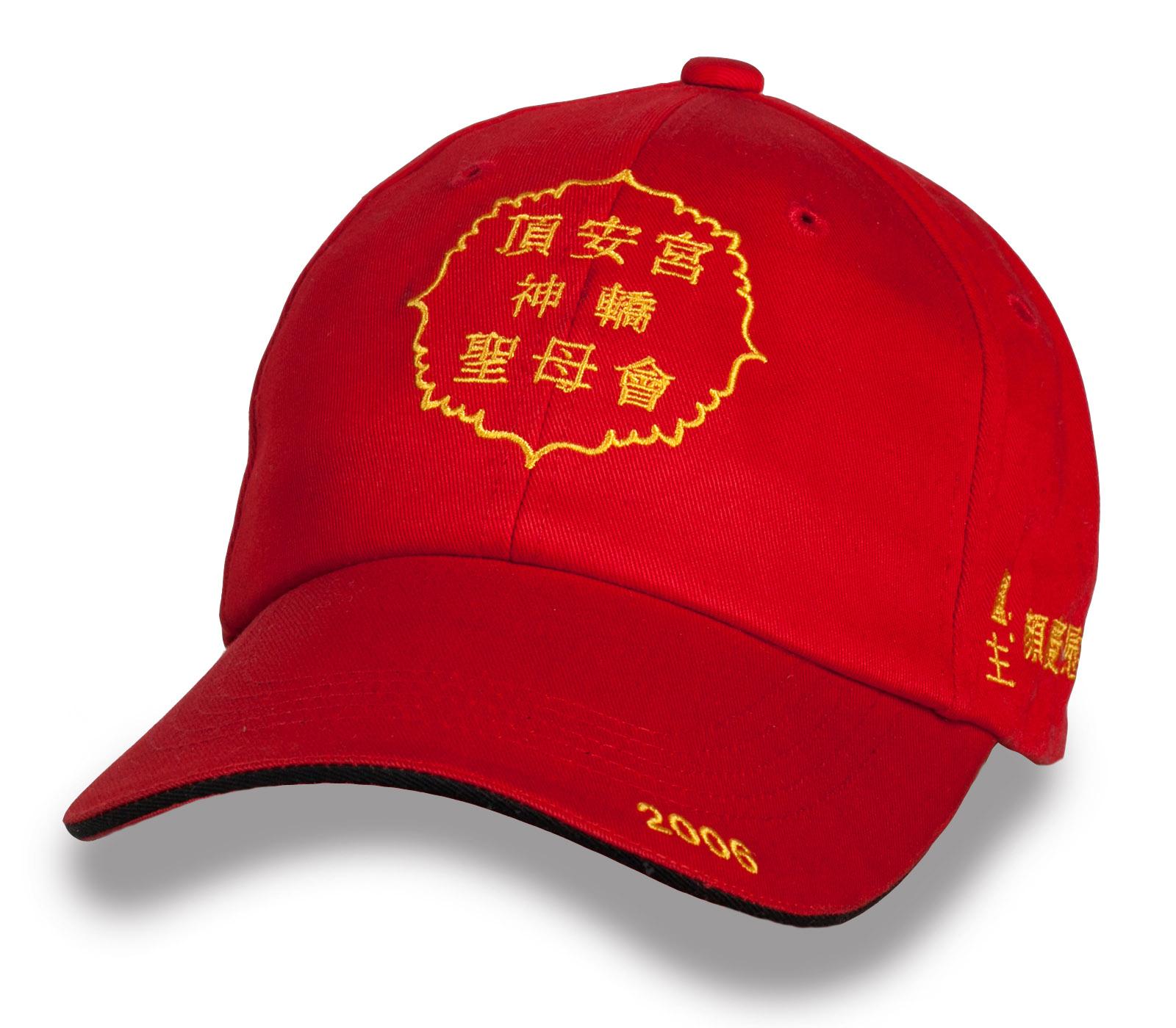 Красная кепка с иероглифами