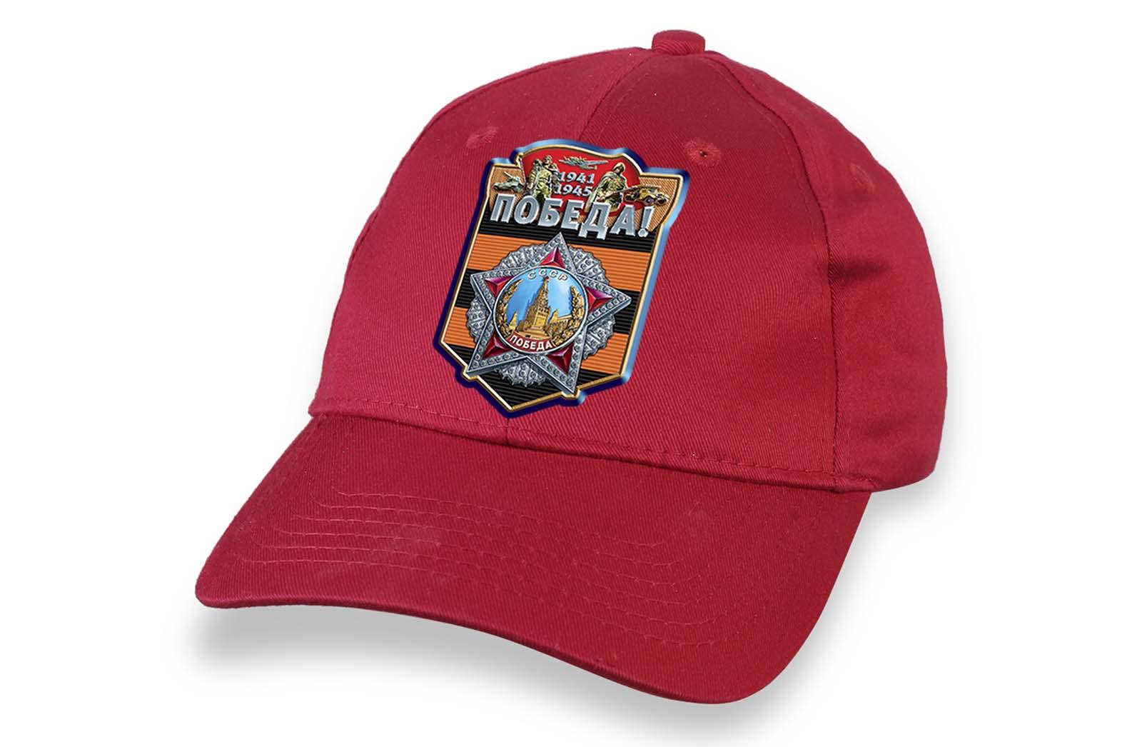 Красная кепка с символикой Великой Победы