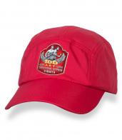 Красная крутая кепка-пятипанелька с юбилейной термонаклейкой