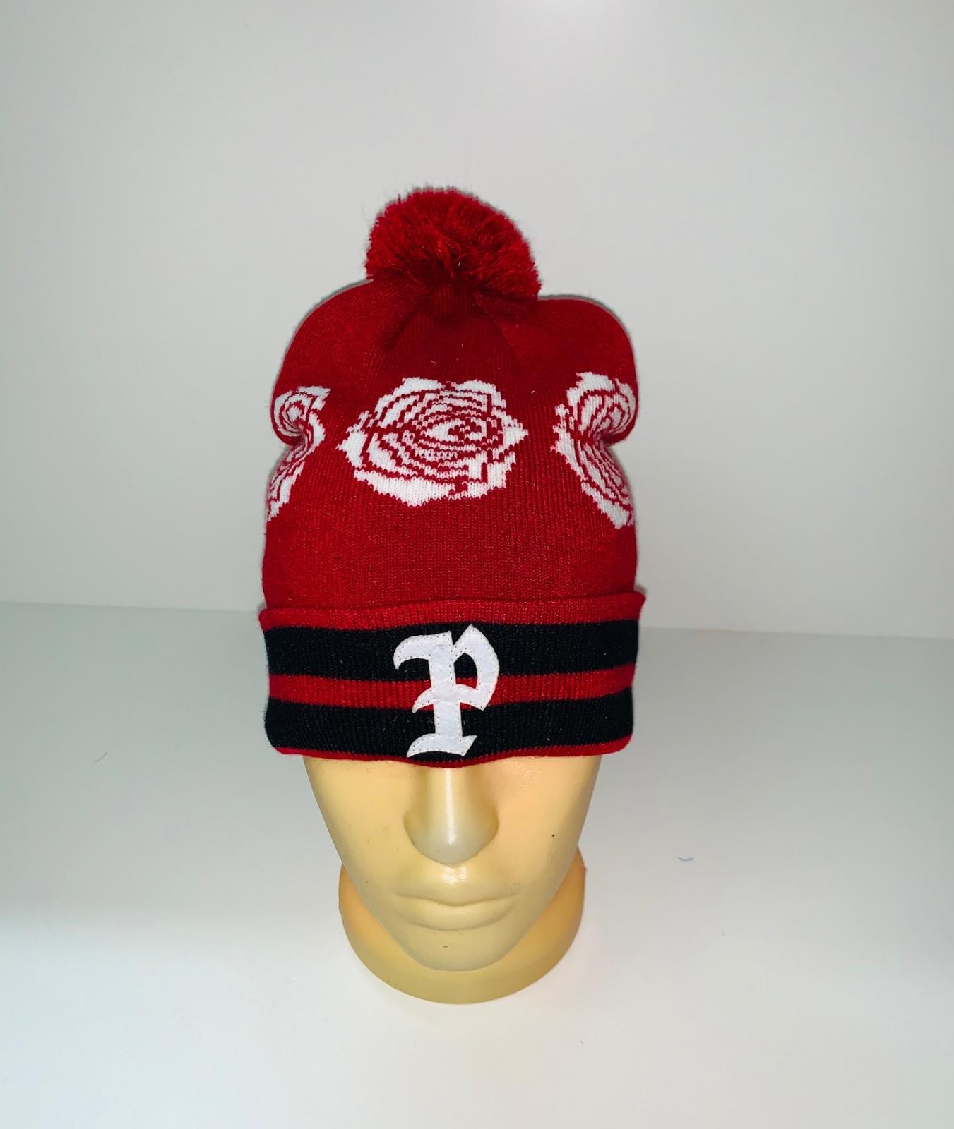 Красная шапка с белыми розами и помпоном