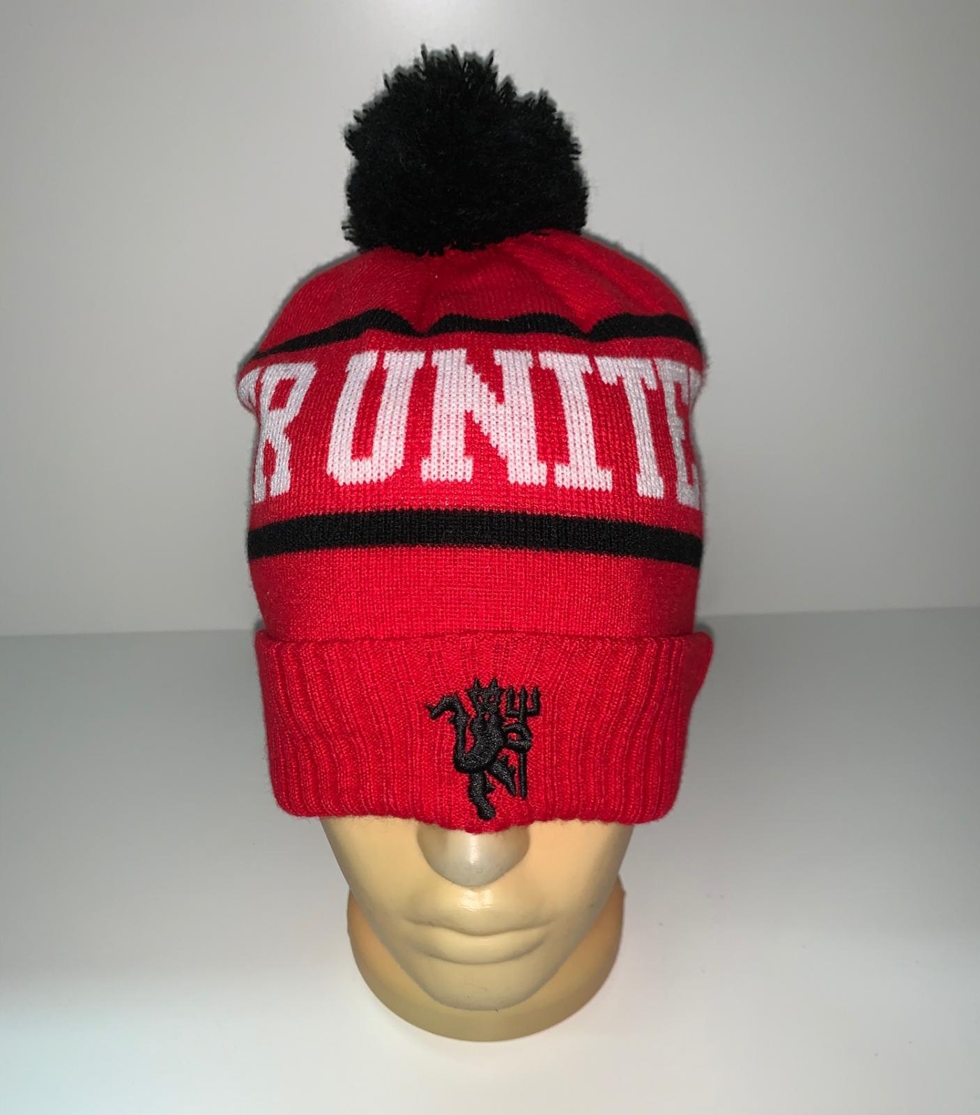 Красная шапка с черным помпоном