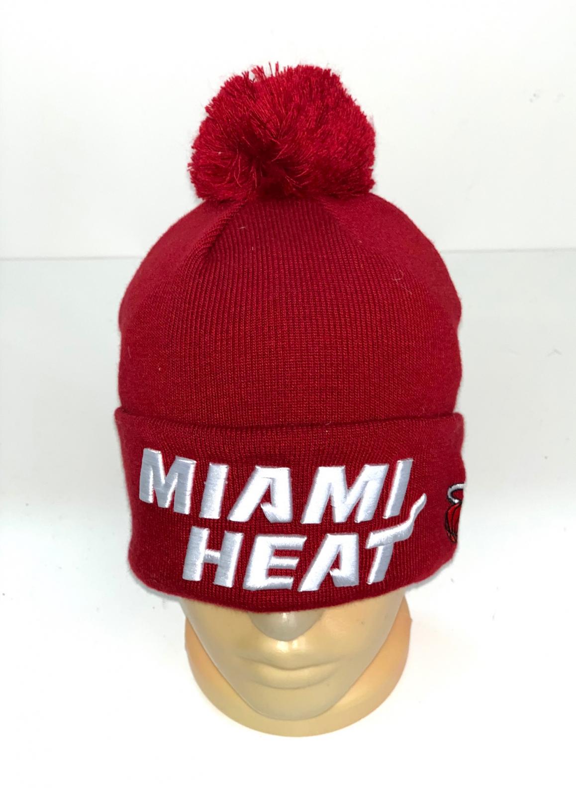 Красная шапка с помпоном и белой надписью