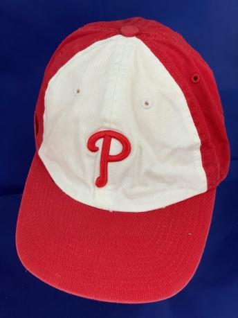 Красно-белая бейсболка с выпуклой буквой на тулье