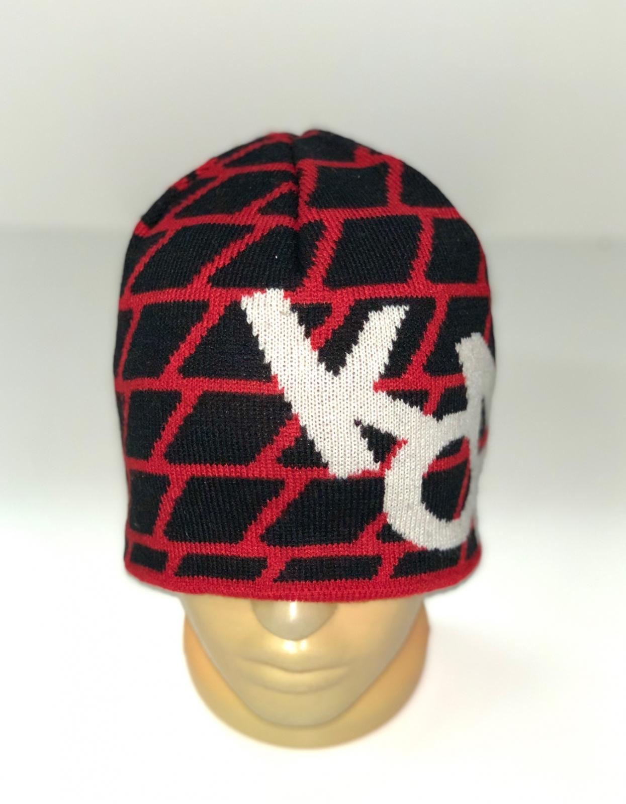 Красно-черная шапка с белыми буквами