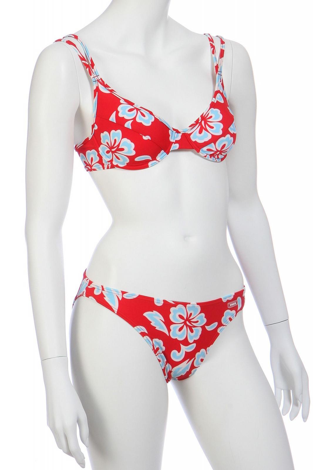 Красный купальник с белыми цветами