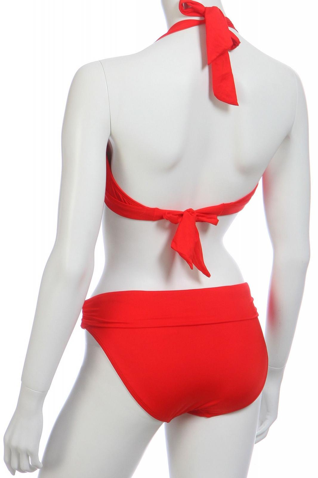 Красный купальник с рюшами - вид сзади