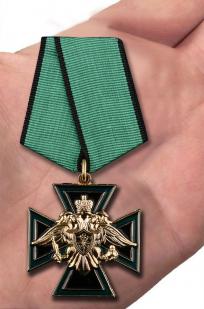 """Крест ФСЖВ """"За отличие в службе"""" в нарядном футляре из бордового флока - вид на ладони"""