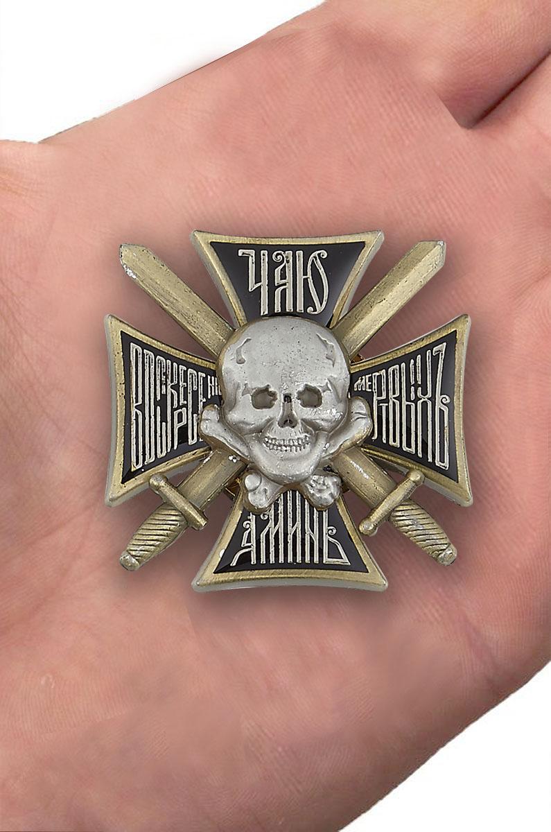 Крест Генерала Бакланова в наградном футляре из флока - вид на ладони