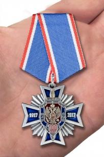 Крест к 100-летнему юбилею ВЧК-КГБ-ФСБ в бордовом футляре из флока - вид на ладони