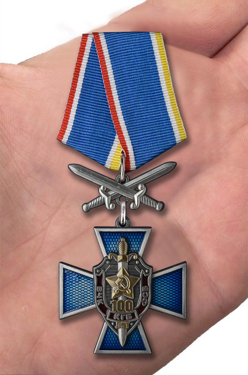 Крест к юбилею ВЧК-КГБ-ФСБ 100 лет в оригинальном футляре с покрытием из флока - вид на ладони