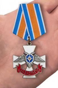 """Крест МЧС ДНР """"За заслуги"""" - вид на ладони"""