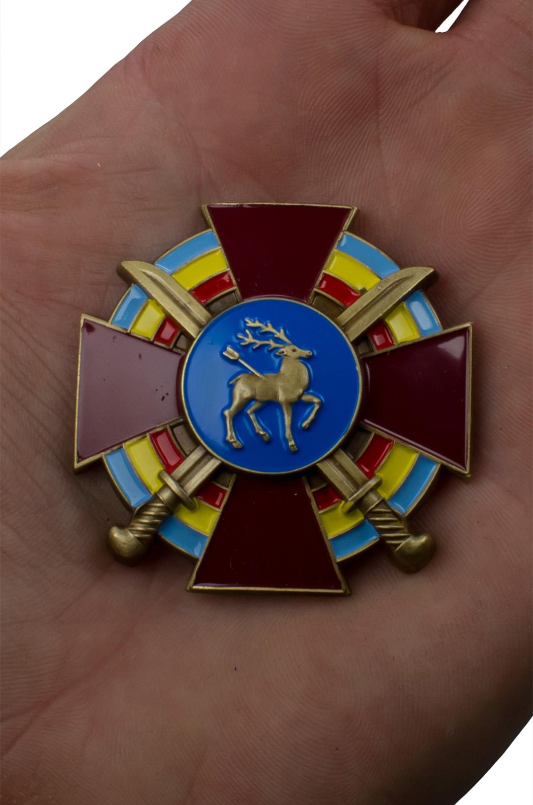 Крест Всевеликого войска Донского в бордовом футляре из флока - вид на ладони