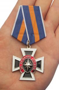 "Крест ""За казачий поход"" в нарядном футляре из бархатистого флока - вид на ладони"