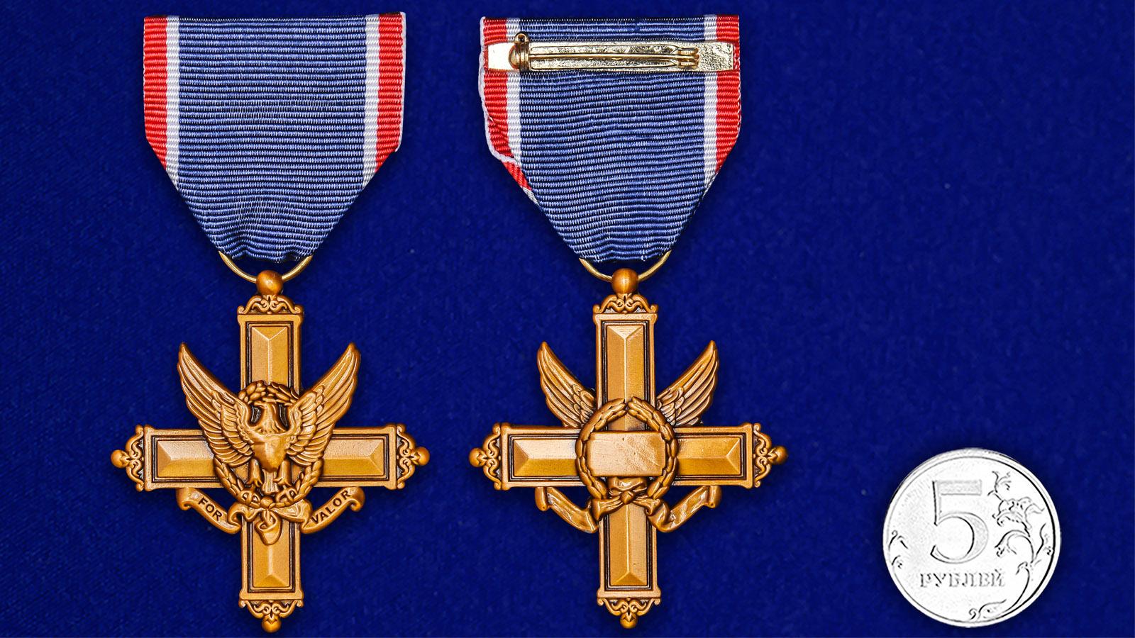 """Американский Крест """"За выдающиеся заслуги"""" - сравнительный размер"""