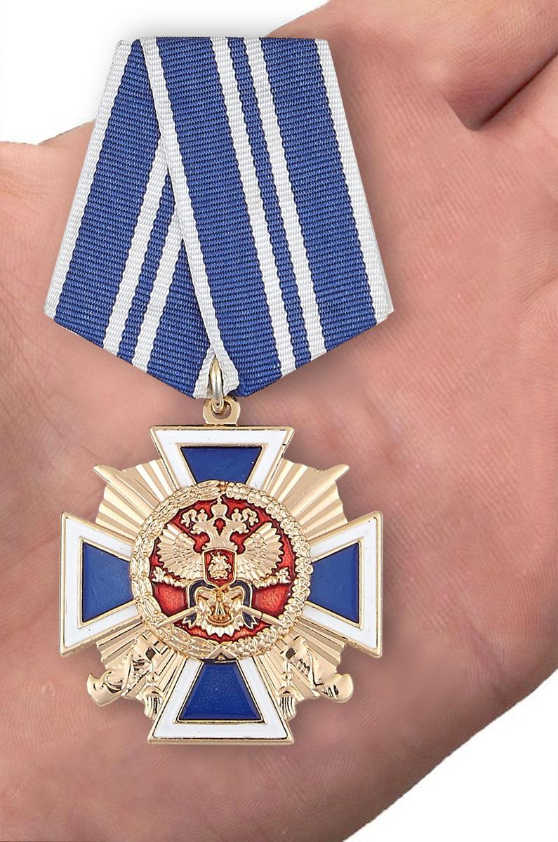 """Крест """"За заслуги перед казачеством"""" 2 степень в нарядном футляре из бордового флока - вид на ладони"""