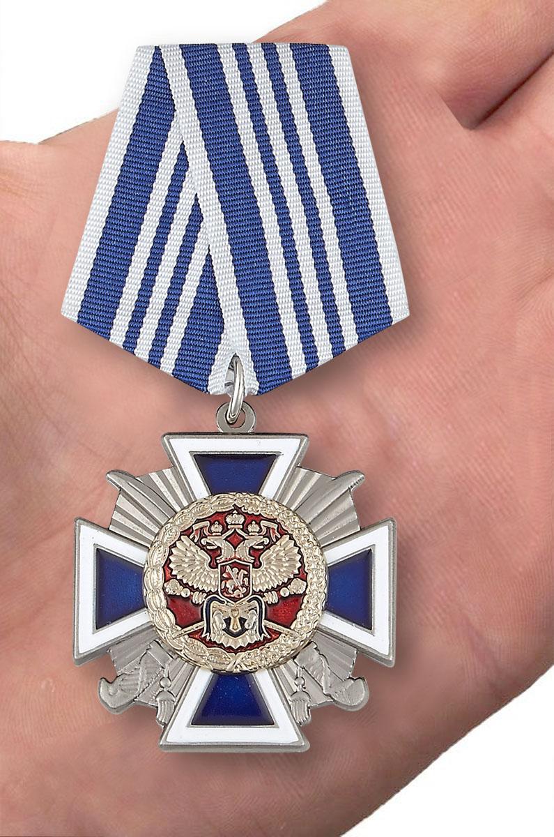 """Крест """"За заслуги перед казачеством"""" 3 степень в бордовом футляре с пластиковой крышкой - вид на ладони"""