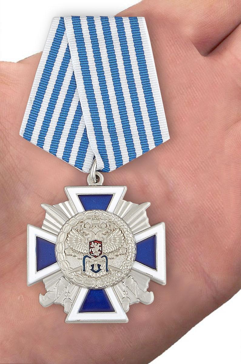 """Крест """"За заслуги перед казачеством"""" 4 степень в бордовом футляре с прозрачной крышкой - вид на ладони"""