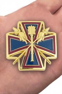 """Наградной крест """"За заслуги перед Кубанским казачеством"""" в футляре из флока с пластиковой крышкой - вид на ладони"""